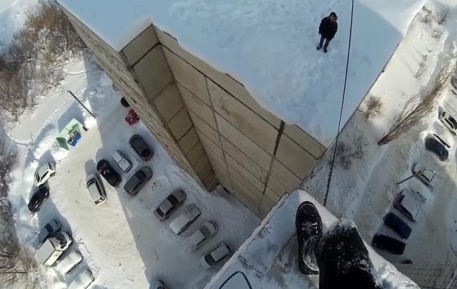 Видео: В Уфе подросток прыгал с крыши на крышу многоэтажек