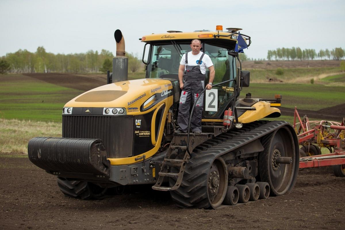Сверхмощные технологичные посевные комплексы ГК «Санглиен» работают на тракторахChellenger, повторяют самые сложные рельефы. Каждый комплекс в сутки засевает 250 га земли