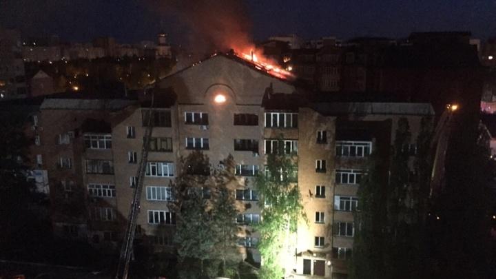Полсотни пожарных тушили ночной пожар в высотке на Олимпийской