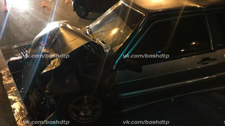 Ночные лихачи в Уфе: ВАЗ-2113 решил обогнать по встречке и собрал две машины