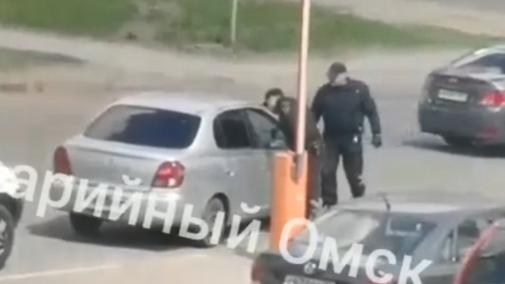 Очевидцы сняли на видео, как охранники проткнули колёса автомобиля