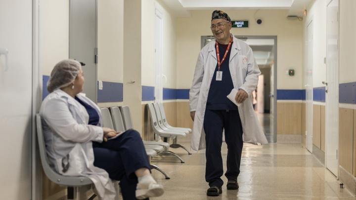 «Он называл нас мафией»: анестезиолог-реаниматолог о 50 годах работы в Центре Мешалкина