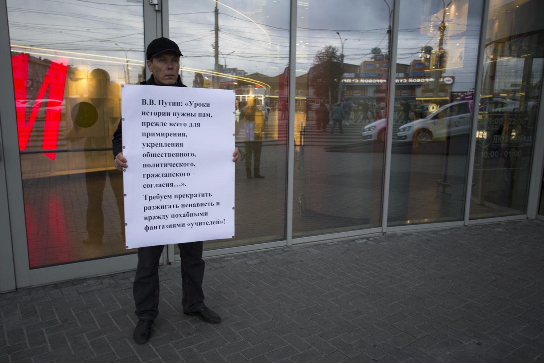 Противники фильма встали с плакатами возле входа в ТЦ