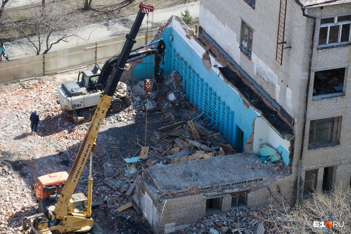 Здание спортзала уже почти полностью снесли