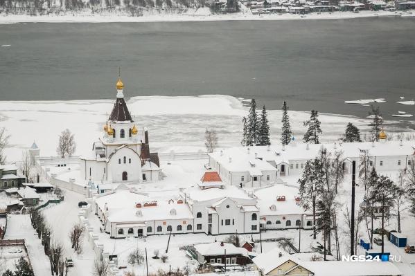 Набережная Успенского монастыря в зимнее время