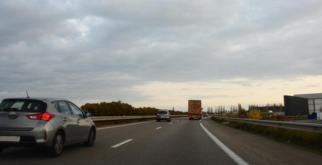 Дороги южного направления стали лучше, но средняя скорость всё равно остаётся далёкой от европейских идеалов: при расчёте маршрутасчитайте, что она не превышает 70–80 км/час