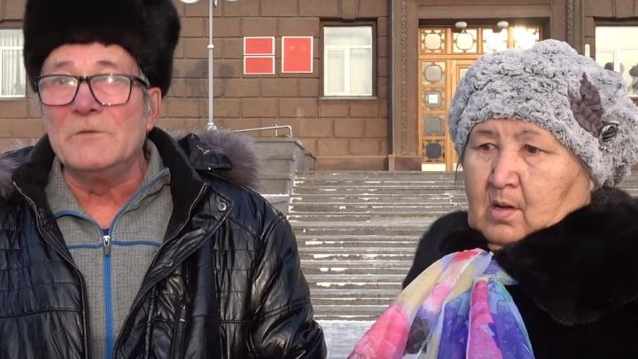 Следователи проверяют, почему пенсионеры из Норильска попытались сжечь себя на крыльце краевой администрации