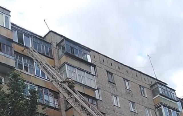 Тюменку, закрытую на балконе трехлетним ребенком, выручили пожарные