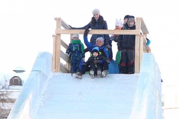 Горки — любимое развлечение ребятни зимой, но только если соблюдаются все правила техники безопасности