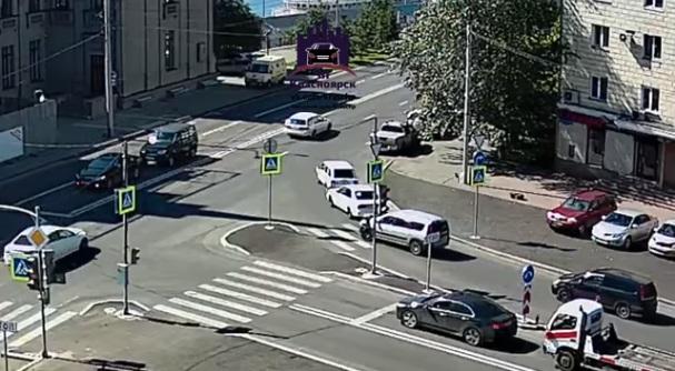 На повороте у речвокзала за 5 минут столкнулись четыре авто