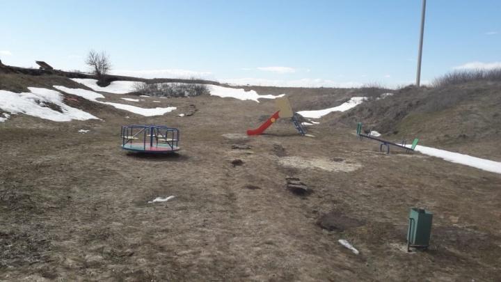«Выдернуть и увезти»: хуторяне получили из Урюпинска ответ на жалобу о детской площадке в овраге