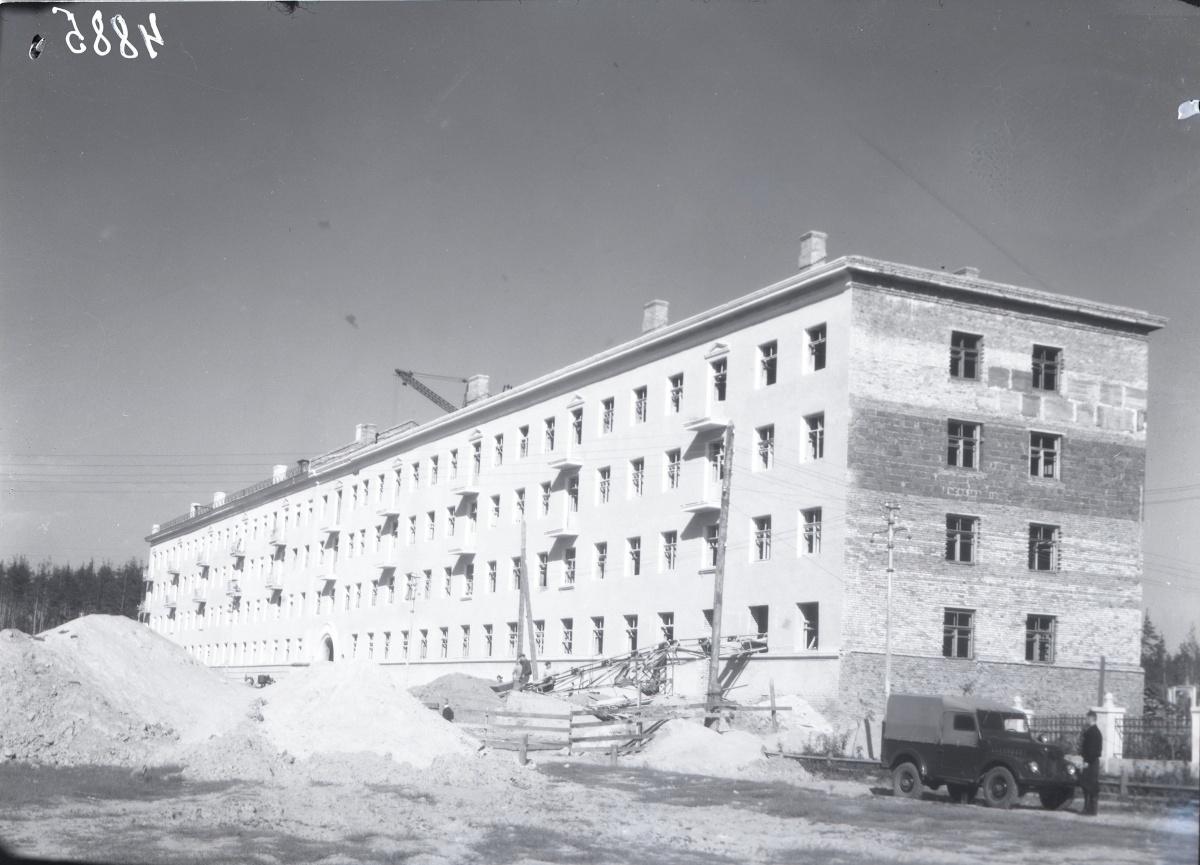1957 год, проспект Седова, 56. Заканчивается строительство дома-гиганта (по меркам того времени) на 150 квартир. Это типичный образец хрущевки, которыми в послевоенные годы была застроена Сортировка