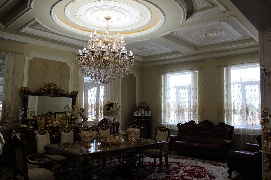 Лепные потолки особенно привлекают внимание