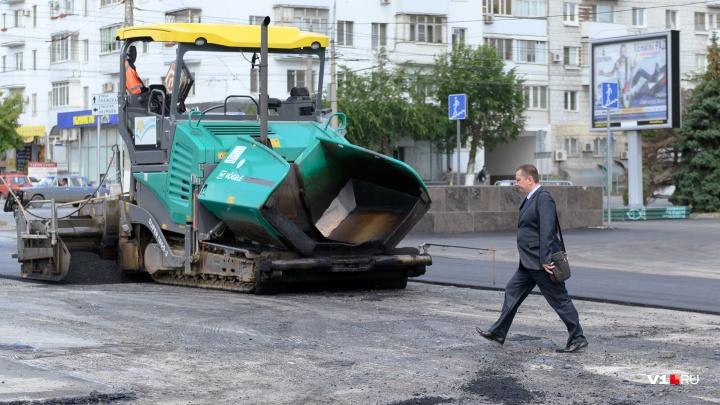 «Люди проваливаются на дороге»: в Волгограде у площади Ленина закатывают новый асфальт