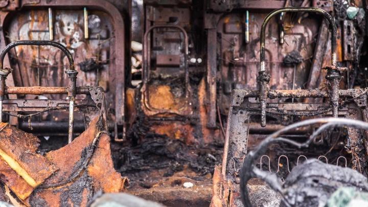Почему загорелись — выясняют: две маршрутки сгорели ночью в Городище