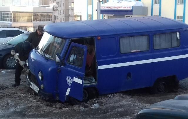 Машина доставки Почты России застряла в одном из дворов Уфы