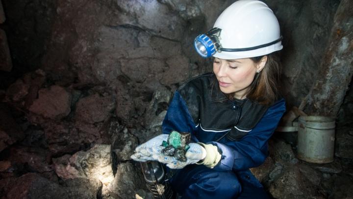 Юлия Михалкова совершенно случайно нашла полведра изумрудов в шахте под Асбестом