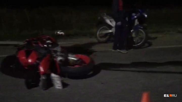 Лежит мотоцикл, в десяти метрах — тела: на трассе в сторону Каменска-Уральского погибли двое