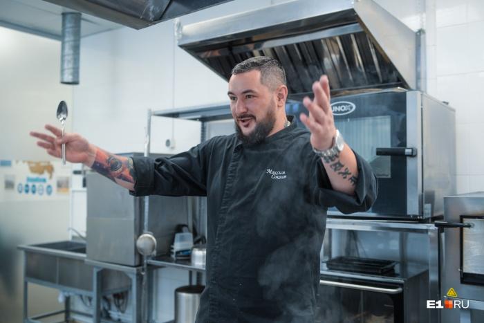 Максим Соколов не учился на повара, но сейчас он создаёт блюда для всей сети «мягких ресторанов»