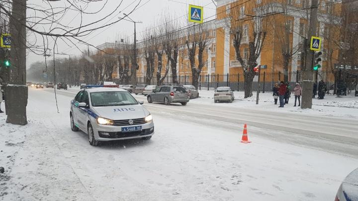 На Уралмаше насмерть сбили пенсионера, который пробирался среди машин в пробке