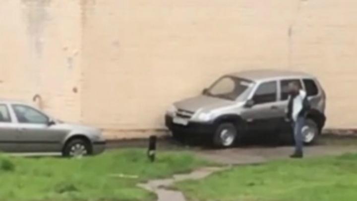 Бьёт машины руками и ногами: ярославцы обсуждают видео с автовандалом