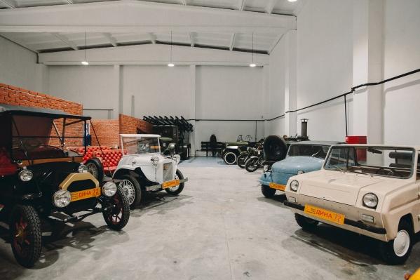 Автомобили выставлены в большом ангаре