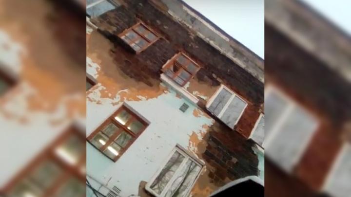 «Повсюду плесень и шлакоблоки выпадают»: южноуральцы пожаловались на состояние горбольницы