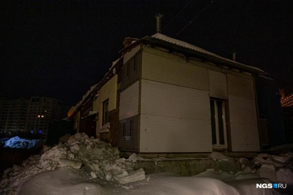 Большинство людей самостоятельно эвакуировались из помещения. Но несколько человек оказались в эпицентре обрушения, их завалило обломками кровли и снегом