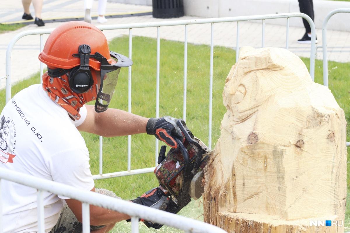Скульптор с бензопилой показал класс, а не то, что вы подумали. А вы знали, что при помощи грубого и опасного инструмента можно делать изящные вещи?