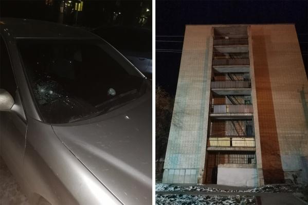 Вчера вечером владелец «Тойоты» обнаружил, что у его машины разбито лобовое стекло