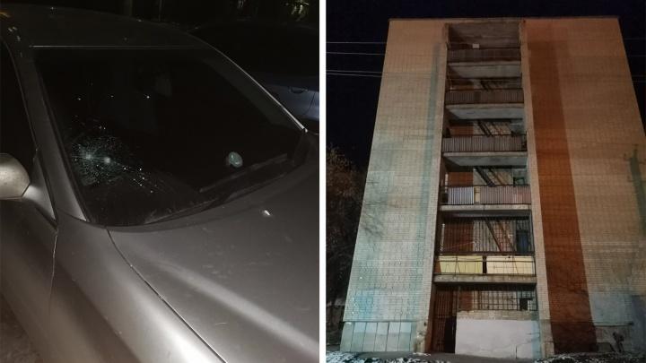 Из общежития на ОбьГЭСе выбросили банку из-под кофе: она пробила стекло припаркованной «Тойоте»