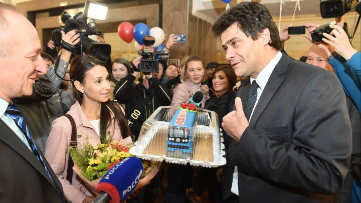Мэр Екатеринбурга подарил миллиардной пассажирке метро торт в виде вагона