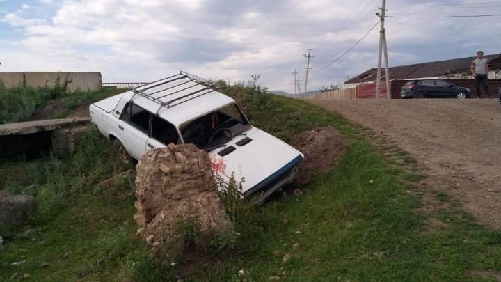 Двухлетняя девочка чудом выжила в ДТП после падения машины в овраг в Башкирии