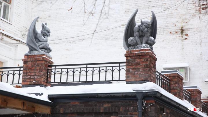 «Выглядит как провокация»: на крыше дома в Ярославле появились гаргульи