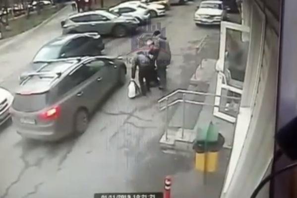 Ребенок выбежали из магазина прямо под колеса