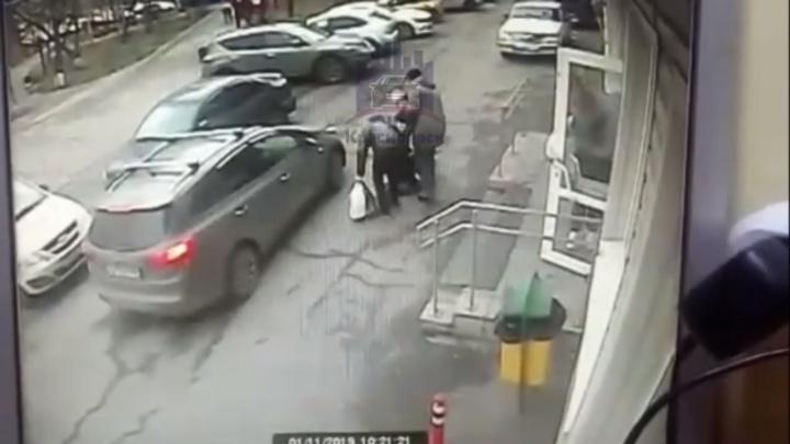 На Железнодорожников ребёнок выбежал из магазина и попал под машину
