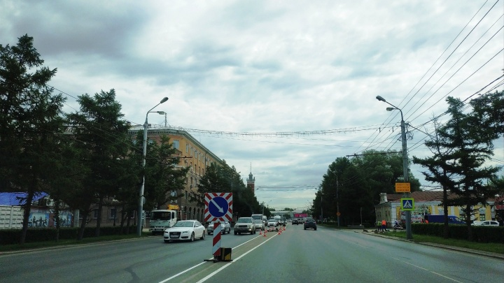 На пересечении Интернациональной и Тарской начали устанавливать пешеходный светофор