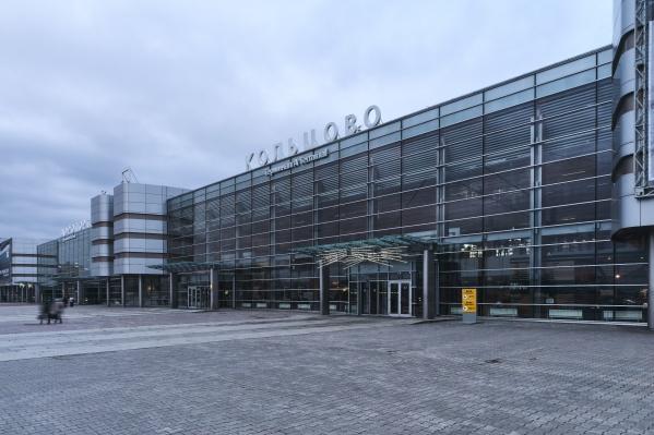 Эту зону перед аэропортом романтично называютKiss & Fly («Поцелуй и лети»)