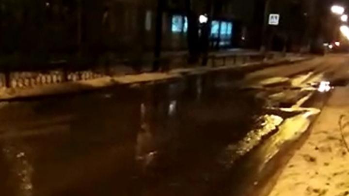 """""""Фекалии плывут по улице"""": из-за коммунальной аварии на Эльмаше дорогу залило сточными водами"""