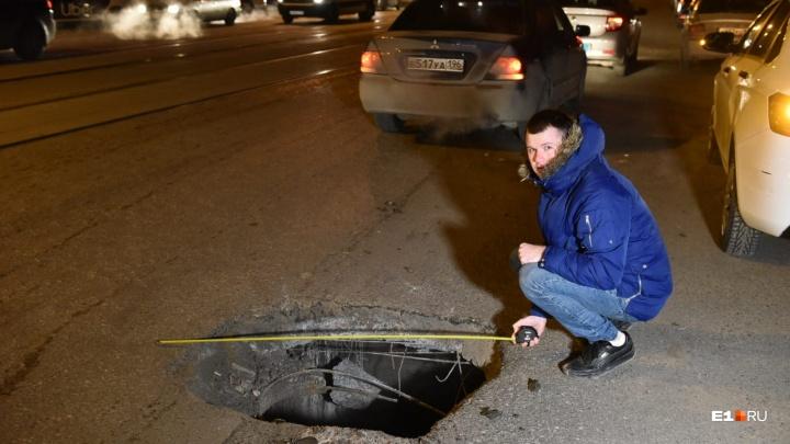 Люк провалился внутрь: екатеринбуржец на Mitsubishi влетел в огромную яму в центре города