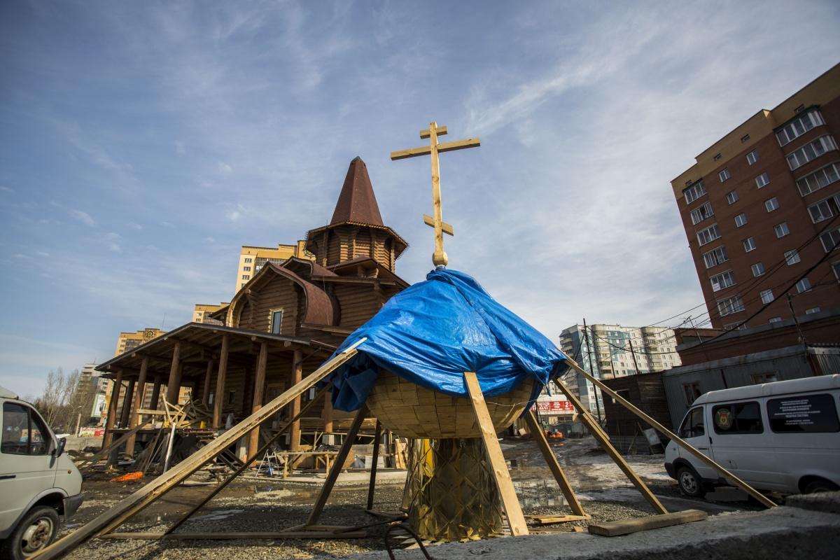 Храм в стиле традиционных деревянных церквей на улице Лазурной уже почти достроен: на момент подготовки материала на него готовились установить маковку