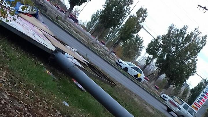 «Сколько он будет ждать своего часа?»: дорогу в Волгограде «охраняет» поваленный ветром баннер