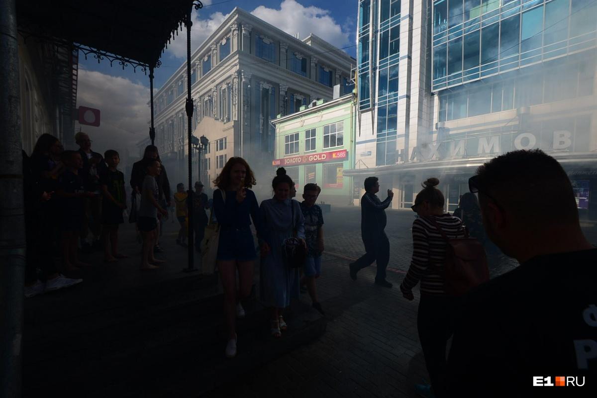 Не исключено, что здание на Вайнера подожгли: онлайн-трансляция о пожаре