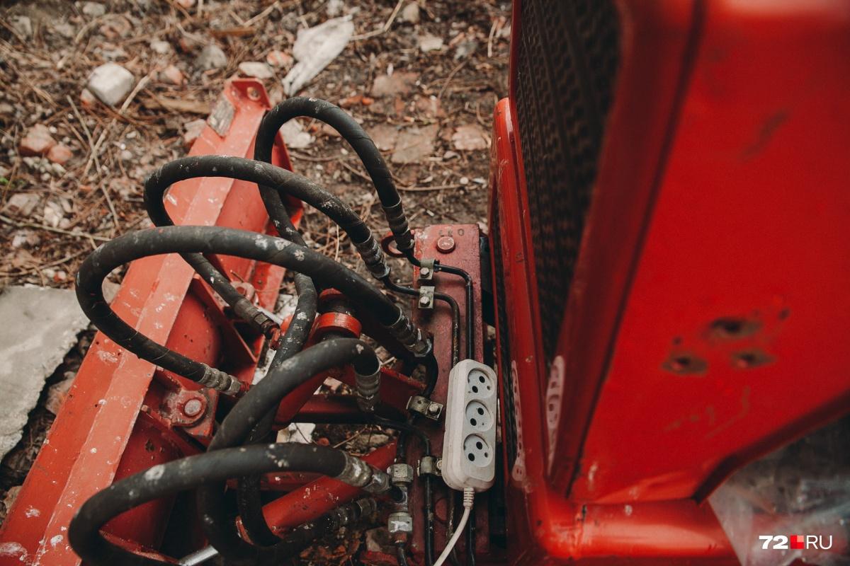 Около дома, где живет пенсионер, можно найти удлинители, с помощью которых он и заряжает свою машинку