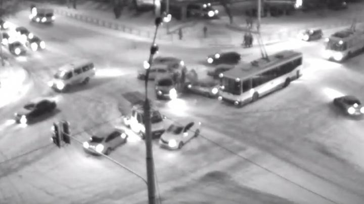 Массовая авария в Уфе: столкнулись пять автомобилей и троллейбус