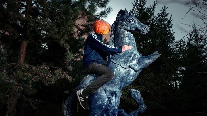 Фотограф из Новосибирска сняла приключения человека-тыквы к Хеллоуину