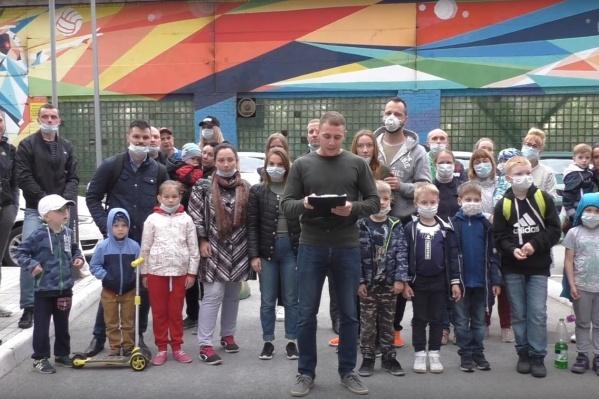 Это тюменцы из ЖК «Олимпия». Они говорят, что на протяжении нескольких лет соседствуют с заводом и задыхаются от лакокрасочного цеха