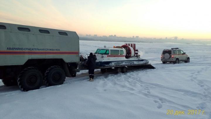 Спасатели отправились искать пропавших рыбаков на лодке на воздушной подушке