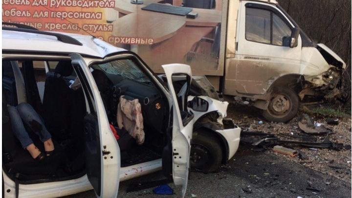 В Башкирии в серьезном столкновении такси и «газели» пострадали шесть человек