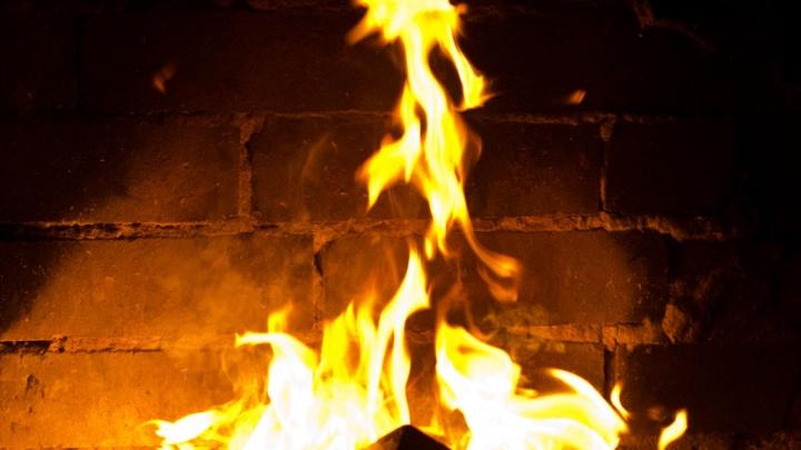 Семья новосибирцев засудила УК на 600 тысяч за пожар из-за мусора под окном квартиры